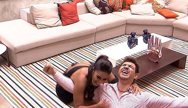 Cézar, o novo milionário, ajoelha e comemora com Amandda - Foto: Reprodução | GShow | TV Globo