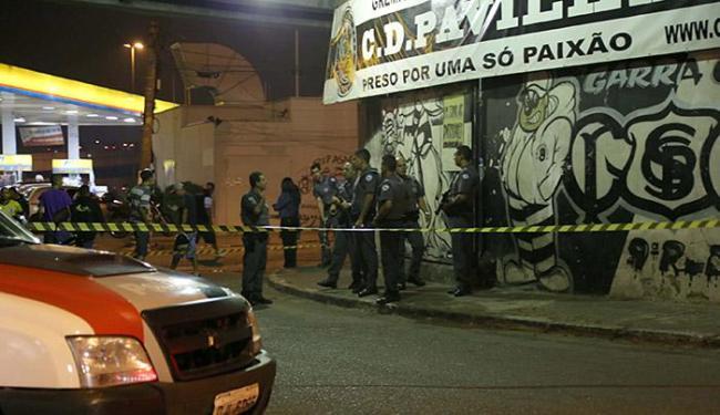 Policiais encontraram sete pessoas na quadra da torcida organizada; a outra vítima estava no posto - Foto: Edison Temoteo l Estadão Conteúdo