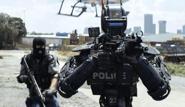 Chappie é um e um robô policial que adquire sentimentos humanos - Foto: Divulgação