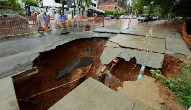 Embasa diz que a cratera abriu devido ao impacto da forte chuva na rede de drenagem - Foto: Valter Pontes | Agecom