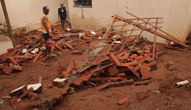 Homens observam escombros de imóvel que desabou em Brumado - Foto: Lay Amorim l Ag. A TARDE