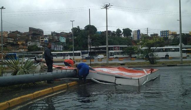 Funcionários do Makro tentavam retirar a placa após queda - Foto: Foto do leitor | Cidadão Repórter