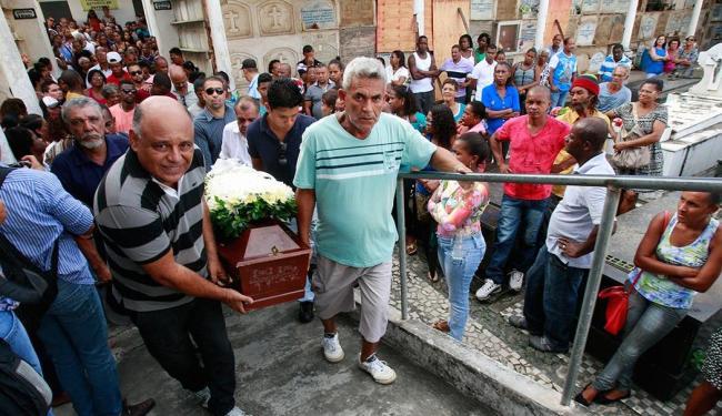 Nos velórios, houve grande presença de familiares, amigos e vizinhos das vítimas - Foto: Margarida Neide | Ag. A TARDE