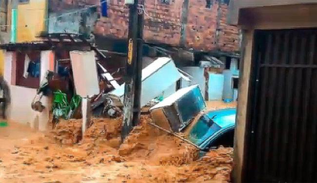 A enxurrada invadiu casas e causou destruição no local - Foto: Reprodução   Facebook