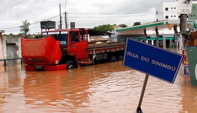 Rio Subaé transbordou, inundando cidade - Foto: Luiz Tito   Ag. A TARDE