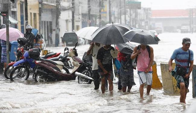 A chuva forte deixou a população ilhada em alguns pontos da cidade - Foto: Marco Aurélio Martins | Ag. A TARDE