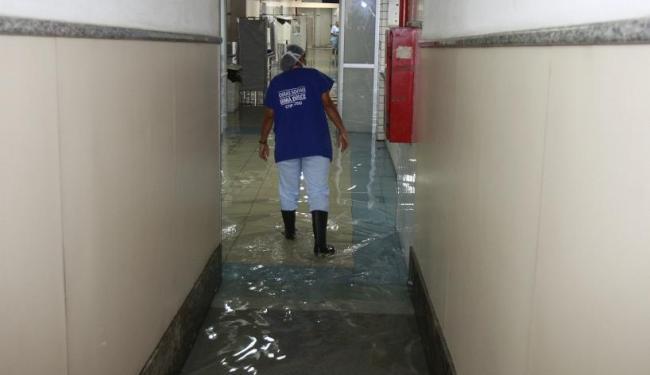 Hospital Santo Antônio, das Obras Sociais Irmã Dulce, foi um dos prejudicados com a chuva - Foto: Luciano da Matta | Ag. A TARDE