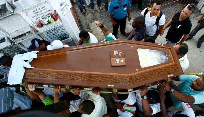 Familiares e amigos se despediram de Everaldo de Oliveira - Foto: Adilton Venegeroles   Ag. A TARDE