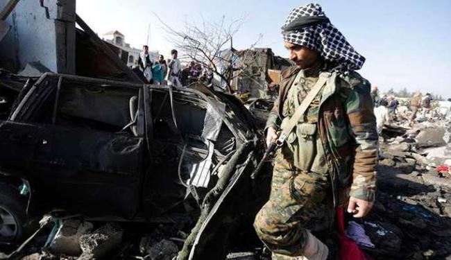 Combatente houthi em meio a destroços em área residencial - Foto: Khaled Abdullah | Agência Reuters
