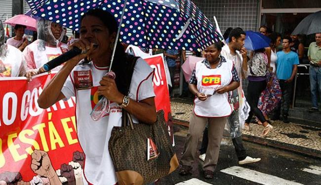 Mesmo debaixo de chuva, o protesto dos comerciários seguiu pelo centro de Salvador - Foto: Marco Aurélio Martins | Ag. A TARDE