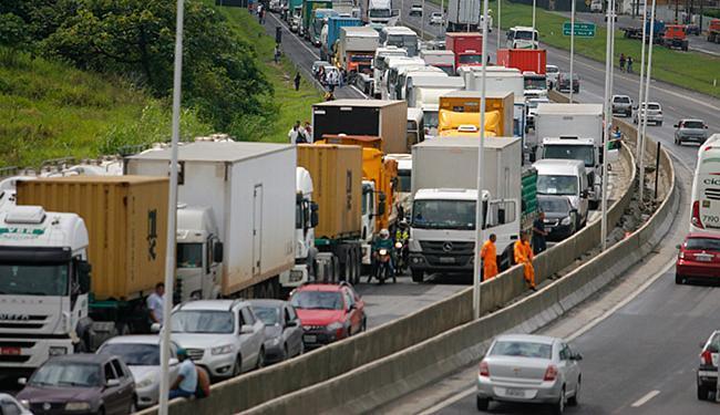 BR-324 engarrafou durante protesto contra os estragos do temporal - Foto: Joá Souza | Ag. A TARDE