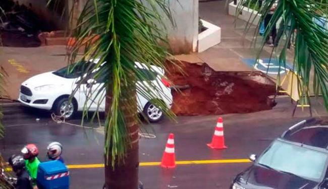 Chuva provocou cratera, na manhã desta quinta-feira, na Cidade Jardim - Foto: Guilherme Trevisan | Cidadão Repórter