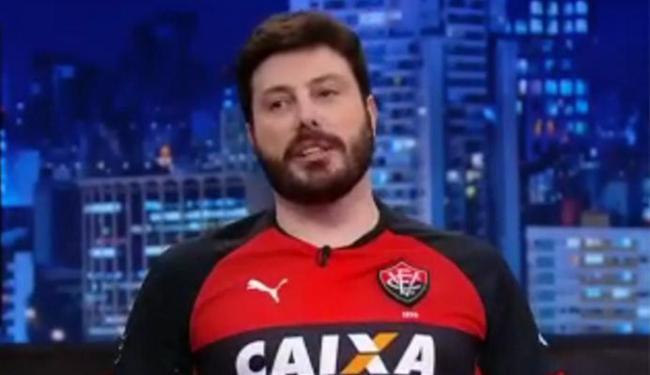 Danilo Gentili aparece vestindo com o manto rubro-negro no 'The Noite', do SBT - Foto: Reprodução l Facebook