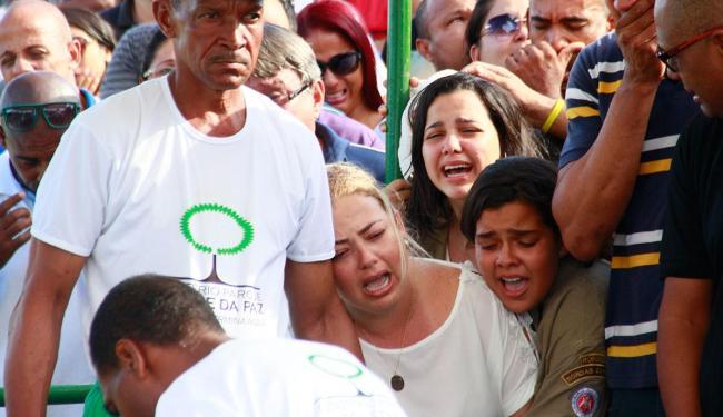 Mulher e filhas de policial se emocionam durante enterro - Foto: Edilson Lima   Ag. A TARDE