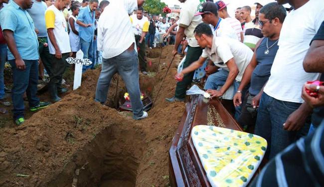 Família soterrada em Bom Juá foi sepultada no cemitério de Brotas - Foto: Joá Souza   Ag. A TARDE