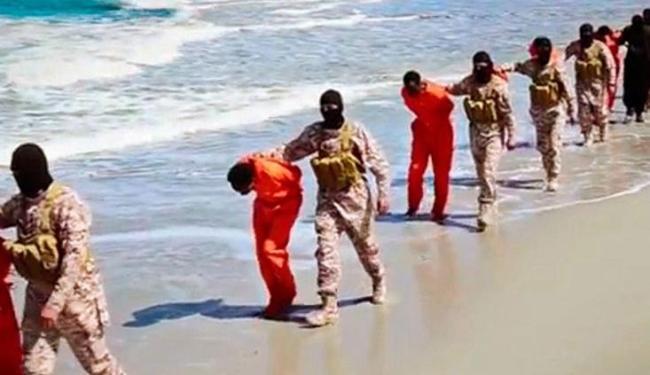 O vídeo mostra pessoas decapitadas e outras baleadas - Foto: AP Photo