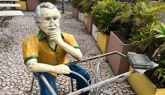 A estátua ficou bastante danificada principalmente na região do rosto - Foto: Divulgação   Bar Vesúvio