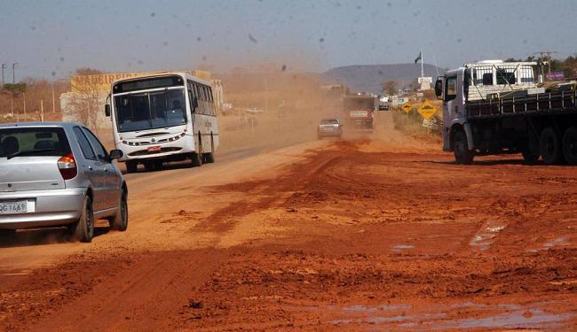 Trecho da BR-242: estradas ruins reduzem competitividade dos produtos da região - Foto: Miriam Hermes | Ag. A TARDE | 29.08.2011