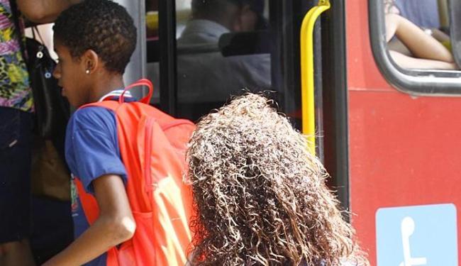 Gratuidade para alunos de Salvador custaria cerca de R$ 1 bilhão, diz a prefeitura. Em São Paulo, R$ - Foto: Marco Aurélio Martins   Ag. A TARDE   27.03.2015