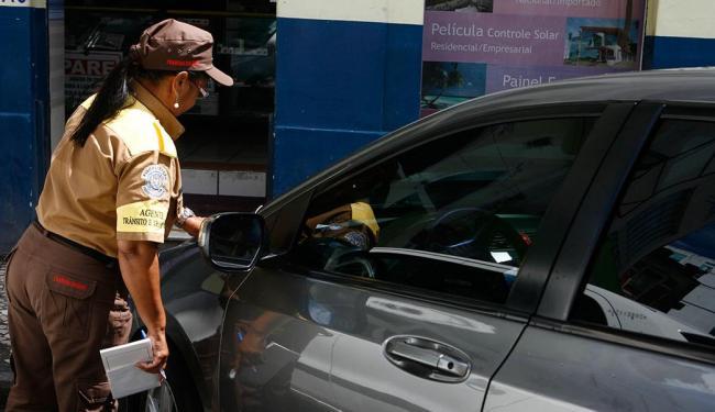 Será gradativa a substituição das notificações feitas em papel pelas etiquetas adesivas - Foto: Marco Aurélio Martins   Ag. A TARDE