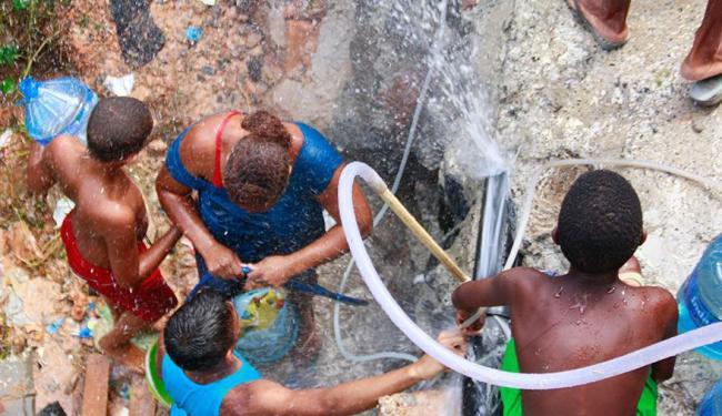 Sem água, moradores recorrem a fontes alternativas de abastecimento - Foto: Edilson Lima | Ag. A TARDE