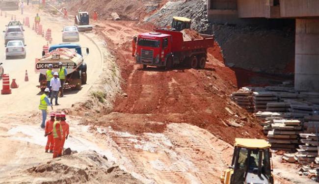 Operários trabalham no local de rompimento da adutora, às margens da rodovia - Foto: Edilson Lima | Ag. A TARDE