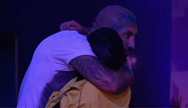 Amanda recebe abraço de Fernando após conquistar prova - Foto: Reprodução   BBB 15