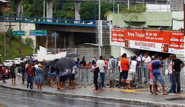 Sob chuva, torcedores formaram fila para comprar ingressos na quinta-feira, 9, - Foto: Eduardo Martins | Ag. A TARDE