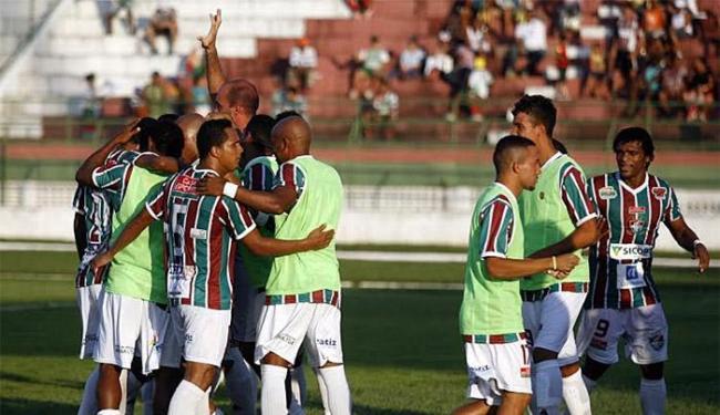 Jogadores do tricolor feirense comemoram após ficar em vantagem no placar - Foto: Luiz Tito l Divulgação