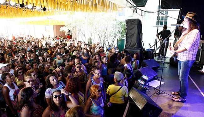 Forrozeiro Zelito Miranda canta no palco para público que lotou o largo Pedro Archanjo - Foto: Luciano da Matta | Ag. A TARDE