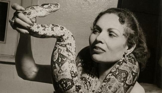 A dançarina e faquiresa baiana Georgina Pires Sampaio tinha entre 20 a 30 cobras em casa - Foto: Arquivo pessoal