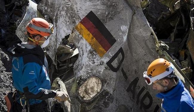 Equipes de resgate vasculham destroços de avião da Germanwings que caiu nos Alpes franceses - Foto: Ag. Reuters | Ministério do Interior francês/Dicom/Y |Malenfer | Divulgação