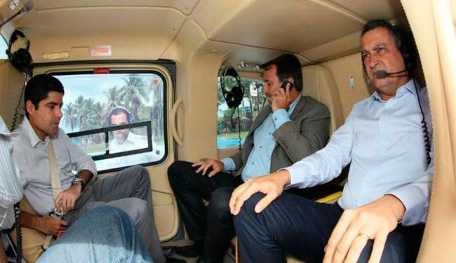 Ministro verifica estragos provocados pela chuva ao lado do governador e do prefeito - Foto: Manu Dias | GOVBA | Divulgação