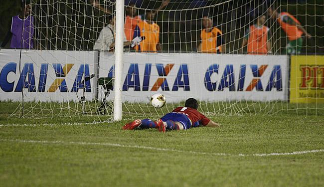 Goleiro Jean assiste ao Bode balançar as redes tricolores - Foto: Fernando Amorim | Ag. A TARDE