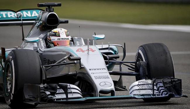 Hamilton se impôs sobre os adversários nas duas sessões do treino livre desta sexta - Foto: Carlos Barria l Reuters