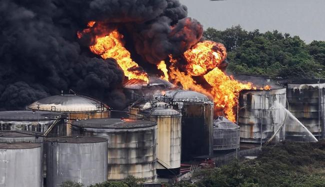 Bombeiros tentam isolar chamas - Foto: Agência Reuters