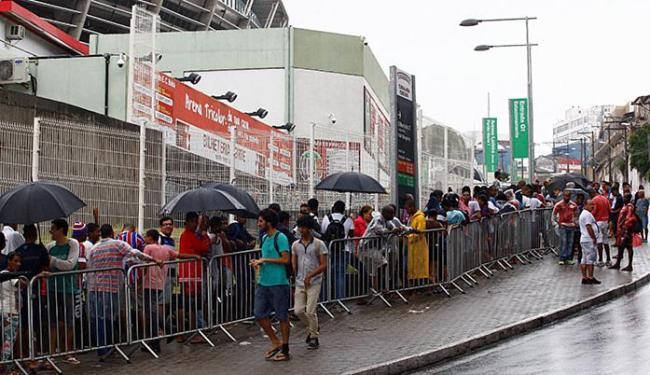 Mesmo sob temporal, filas deram volta na Arena Fonte Nova - Foto: Eduardo Martins l Ag. A TARDE