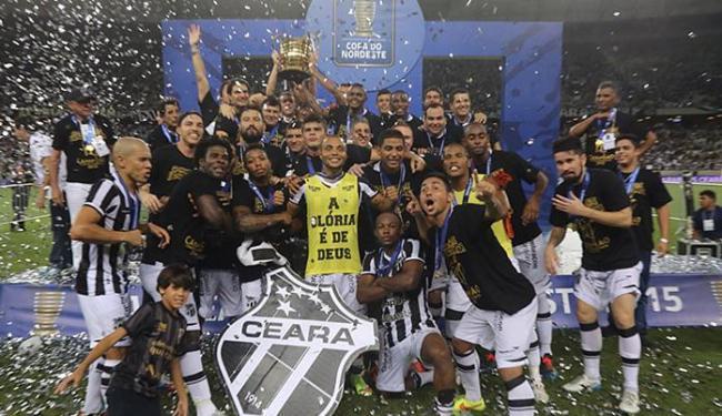 Jogadores do Ceará se esbaldam na comemoração com a taça após triunfo no campo do Castelão - Foto: Fabio Lima l O Povo