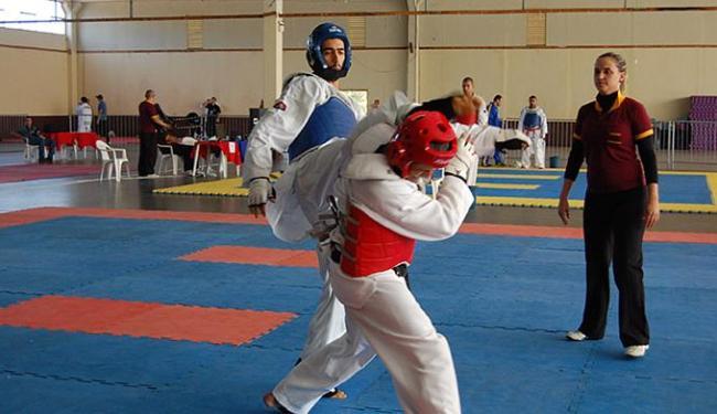 Josyhenrique golpeia adversário em uma das lutas - Foto: Alexandre Franco l Divulgação
