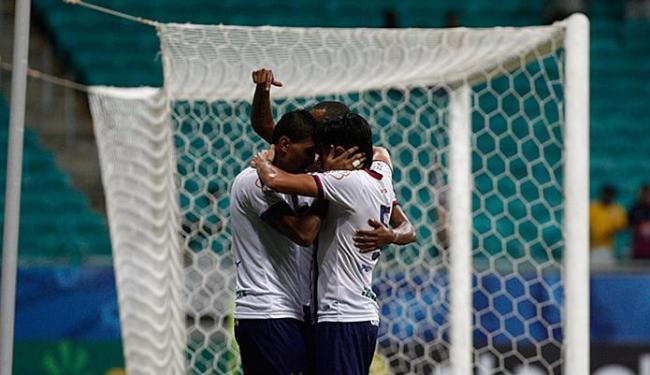 Kieza e Tiago Real, impedidos no lance, festejam o tento salvador - Foto: Fernando Amorim | Ag. A TARDE