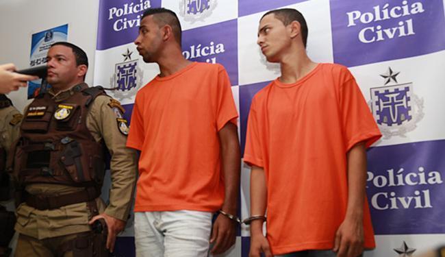 Kléber Oliveira Santos (E) e Ruan Luis de Sá Costa foram detidos na Península Itapagipana - Foto: Joá Souza | Ag. A TARDE
