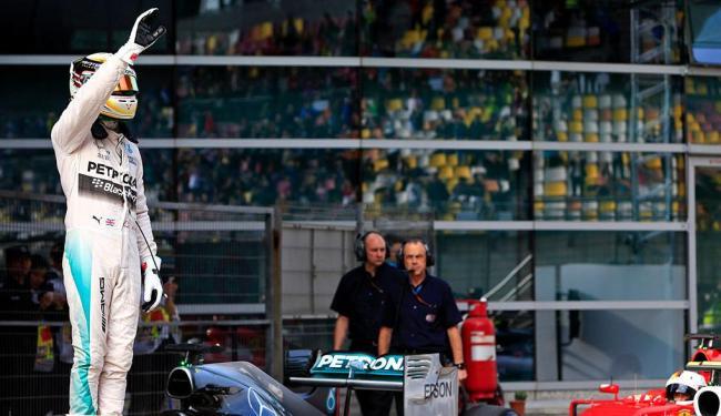 Hamilton obteve a terceira pole seguida do ano com o tempo de 1min35s782 - Foto: Agência Reuters