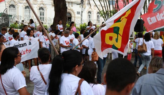 Cerca de 400 profissionais se reuniram na Praça da Piedade para protestar - Foto: Joá Souza | Ag. A TARDE