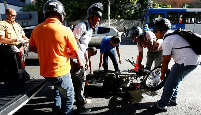 O motociclista Maurício Nascimento dos Santos, 31 anos, saiu sem ferimentos - Foto: Adilton Venegeroles | Ag. A TARDE