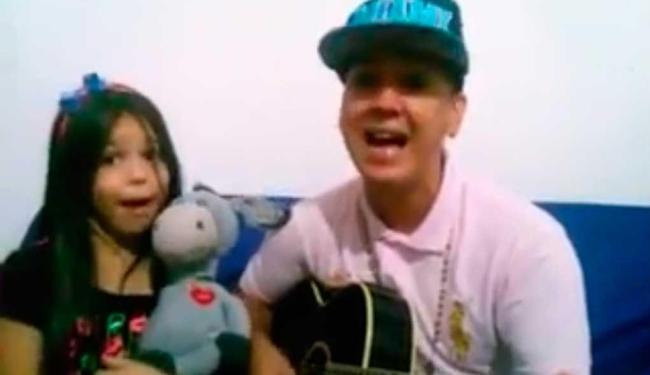 No vídeo, pai e filha cantam