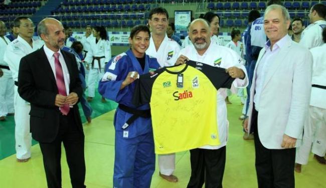 Sarah Menezes entrega camisa, com autógrafos dos judocas, ao ministro George Hilton - Foto: Divulgação | Ministério do Esporte
