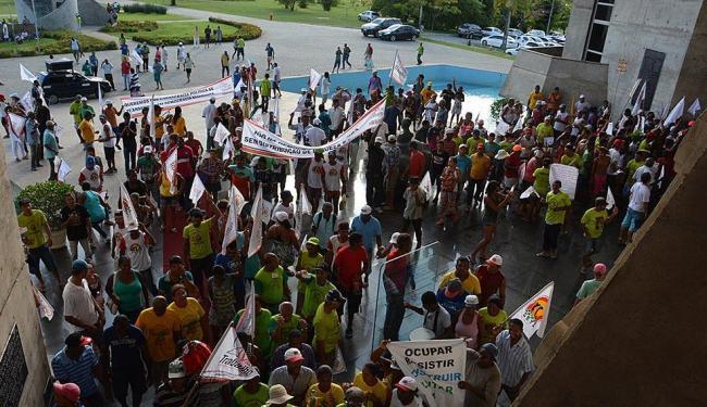 Diversos movimentos sociais ligados a questão da terra protestaram em frente a AL-BA. - Foto: Divulgação | Carlos Amilton/Agência Alba