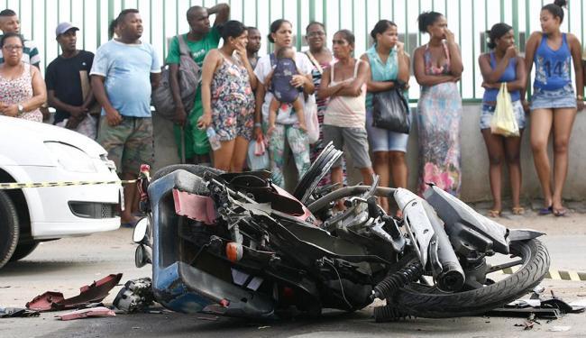Motocicleta envolvida em colisão ficou destruída - Foto: Fernando Amorim | Ag. A TARDE