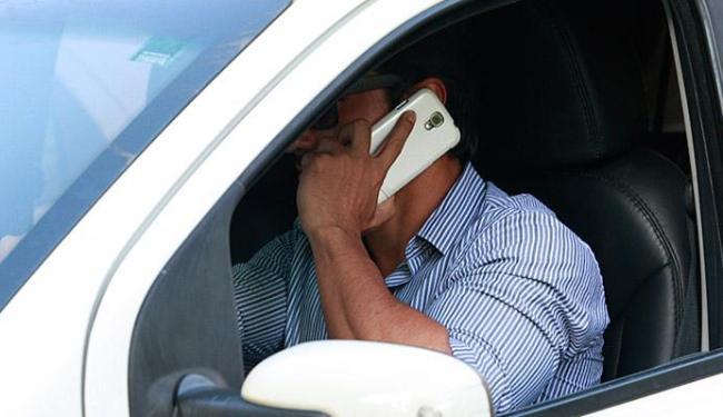 Condutor é flagrado utilizando o telefone celular enquanto conduzia veículo. Ele conversava normalme - Foto: Margarida Neide | Ag. A TARDE