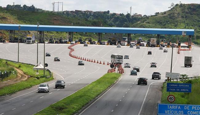 Movimento de veículos nas estradas devem aumentar após meio-dia - Foto: Luciano Matta   Ag. A TARDE